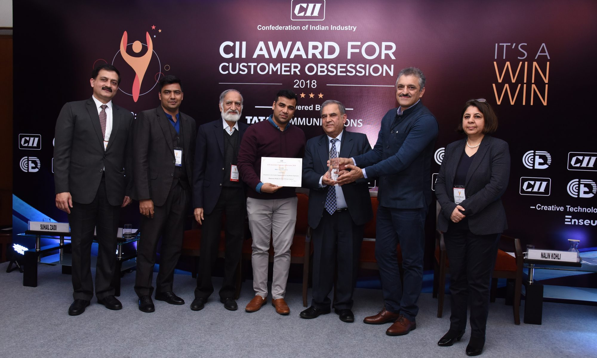 Sanjay Duda, COO, Planetcast, receiving the award from the Jury Chairman Kiran Karnik
